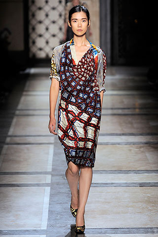 images/cast/00000149744752034=my job on fabrics x=dries van noten Summer show 2010